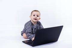 Barn med bärbar dator Arkivfoton