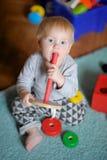 Behandla som ett barn att leka med toyen Fotografering för Bildbyråer