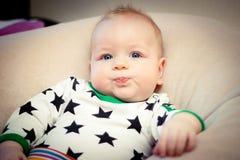 behandla som ett barn att posera Fotografering för Bildbyråer