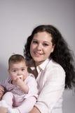 behandla som ett barn att posera för mom Fotografering för Bildbyråer
