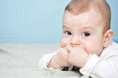 Behandla som ett barn att posera för pojke Royaltyfri Foto
