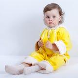 Behandla som ett barn att posera i studio på vit bakgrund Arkivfoton