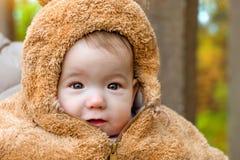 Behandla som ett barn att posera på bakgrund av hösten parkerar Serhiivka Royaltyfria Foton