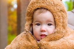 Behandla som ett barn att posera på bakgrund av hösten parkerar Serhiivka Royaltyfria Bilder