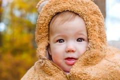 Behandla som ett barn att posera på bakgrund av hösten parkerar Serhiivka Fotografering för Bildbyråer