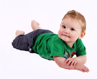 Behandla som ett barn att posera på hans mage Royaltyfri Fotografi