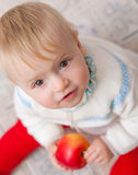 Behandla som ett barn att se uppåt Royaltyfri Foto