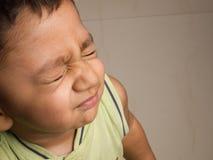 behandla som ett barn att skela för pojkeögon Royaltyfri Foto