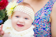 behandla som ett barn att skratta behandla som ett barn den lyckliga modern Royaltyfria Foton