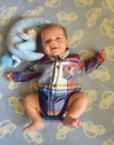 Behandla som ett barn att skratta för pojke Royaltyfria Foton