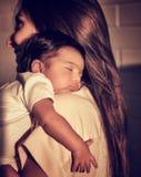 behandla som ett barn att sova för moder Arkivbild