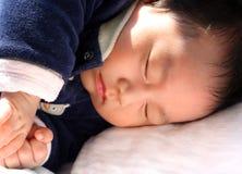 behandla som ett barn att sova för pojke Royaltyfria Bilder