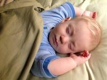 behandla som ett barn att sova för pojke Arkivbild