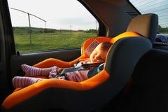 behandla som ett barn att sova för bil Arkivbild