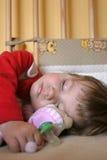 behandla som ett barn att sova för flicka Arkivfoton