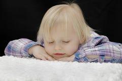behandla som ett barn att sova för flicka Arkivfoto