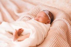 behandla som ett barn att sova royaltyfria bilder
