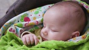 Behandla som ett barn att sova i en pram Fotografering för Bildbyråer