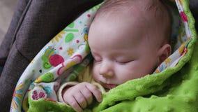 Behandla som ett barn att sova i en pram Royaltyfria Foton