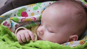 Behandla som ett barn att sova i en pram Royaltyfri Foto