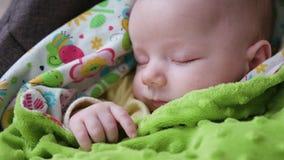Behandla som ett barn att sova i en pram Arkivfoton