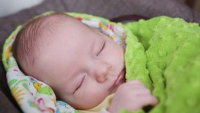 Behandla som ett barn att sova i en pram Royaltyfri Fotografi