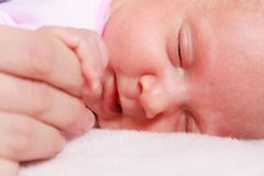Behandla som ett barn att sova i hand för filtinnehavmoder Royaltyfri Bild