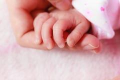 Behandla som ett barn att sova i hand för filtinnehavmoder Royaltyfria Bilder