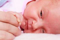 Behandla som ett barn att sova i hand för filtinnehavmoder Arkivbild