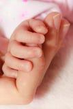 Behandla som ett barn att sova i hand för filtinnehavmoder Arkivbilder