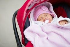 Behandla som ett barn att sova i pram Fotografering för Bildbyråer