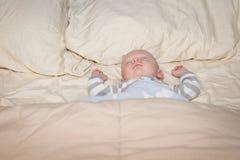 Behandla som ett barn att sova i säng Royaltyfri Fotografi