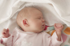 Behandla som ett barn att sova i underlag Arkivfoto