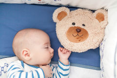 Behandla som ett barn att sova med en kudde Arkivbilder