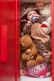 Behandla som ett barn att sova med hennes nallebjörn, nya familj och förälskelsebegrepp Royaltyfri Fotografi