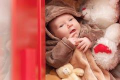 Behandla som ett barn att sova med hennes nallebjörn, nya familj och förälskelsebegrepp Royaltyfri Bild