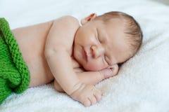 behandla som ett barn att sova Nyfött ungekonst Skönhetbarn-, pojke- eller flickasömn Arkivfoto
