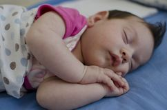 Behandla som ett barn att sova peacefully arkivbilder