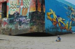 behandla som ett barn att spela i sanden på strandsöderna av Frankrike Arkivfoto