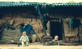 Behandla som ett barn att spela i stilsort av henne hem Arkivfoton