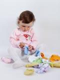 Behandla som ett barn att spela i studio på vit bakgrund Royaltyfria Foton