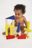 Behandla som ett barn att spela med byggnadskvarter royaltyfri foto