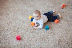 Behandla som ett barn att spela med kuber Arkivbild