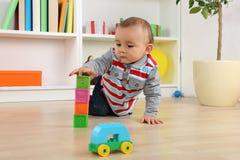 Behandla som ett barn att spela med kuber och tegelstenar Royaltyfri Bild