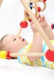 Behandla som ett barn att spela med leksaker Royaltyfri Foto