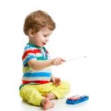Behandla som ett barn att spela med musikaliska leksaker Arkivbild