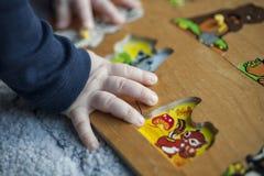 Behandla som ett barn att spela med pusselleksaken Arkivbilder