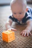 Behandla som ett barn att spela med Toy Block Arkivfoto