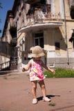 Behandla som ett barn att spela nära bränd byggnad av stadspolisen Fotografering för Bildbyråer