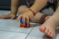 Behandla som ett barn att spela på golv Royaltyfria Bilder